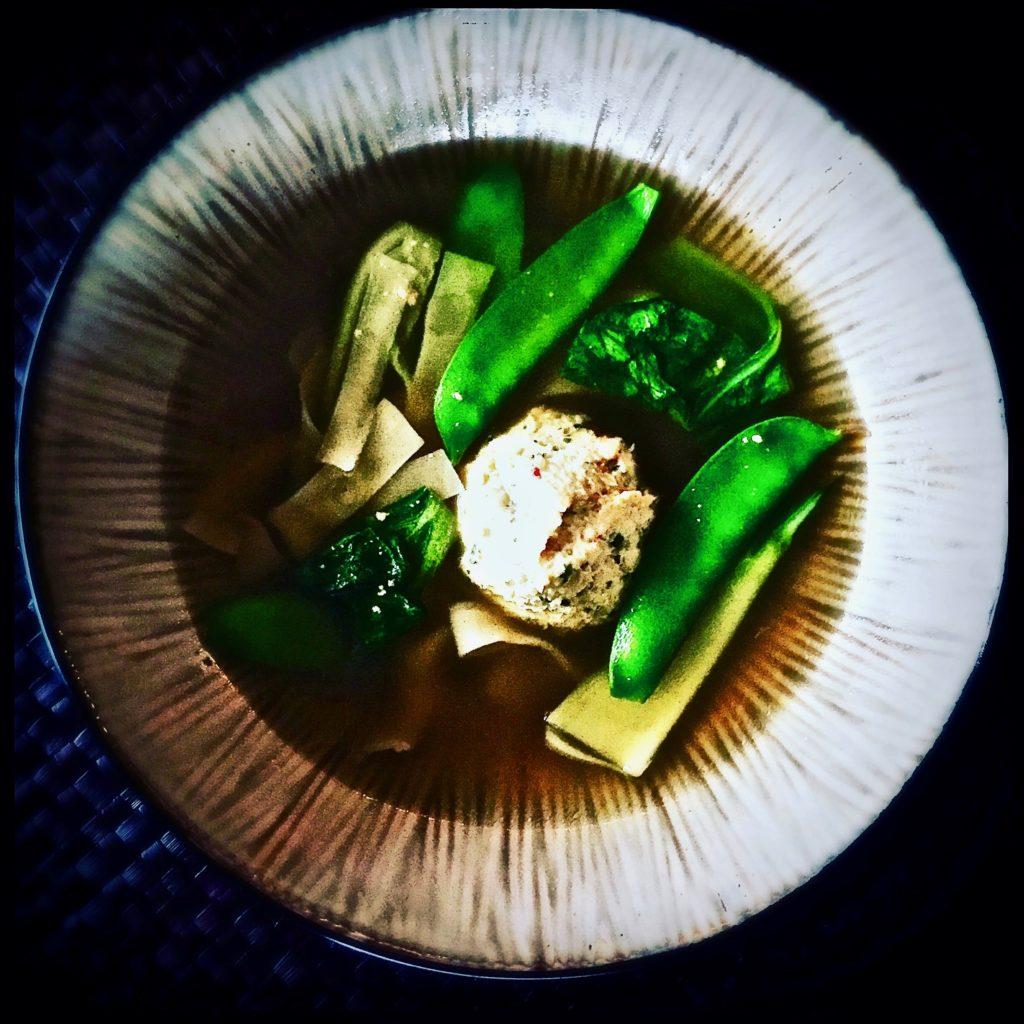 Wonton mal anders: Anstatt die Füllung einzuwickeln, wird sie in Form von Fleischbällchen serviert. Eine Sensation zusammen mit den in Streifen geschnittenen Teigblättern http://galupasvoice.com/wonton-suppe/