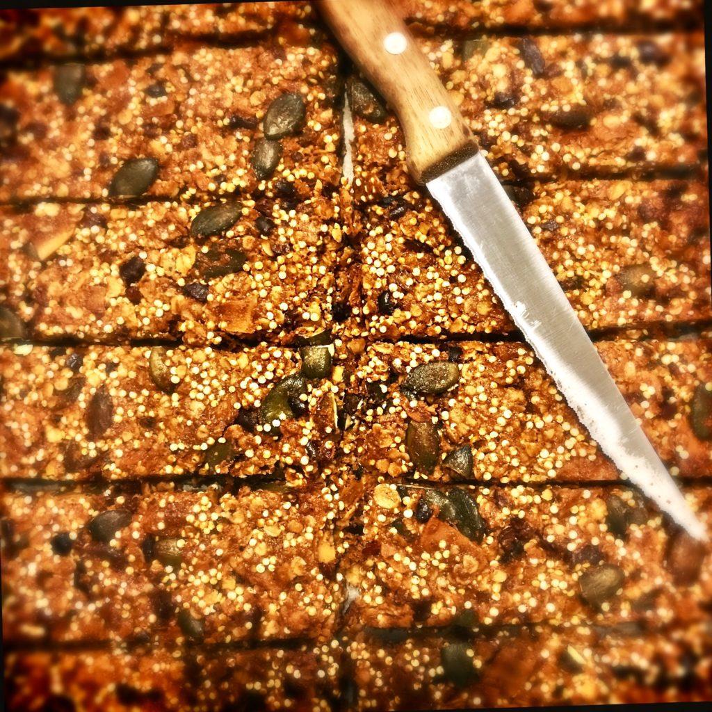 Quinoa Granola Snackriegel: Ein sättigender Snack für unterwegs oder zwischendurch und warum Cornflakes und das geliebte Konfibrot uns nicht nur dick, sondern auch krank machen können. http://galupasvoice.com/quinoa-granola-snackriegel/