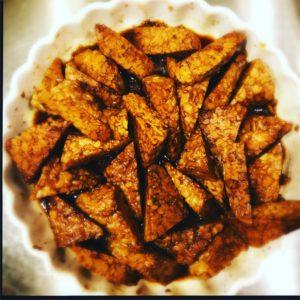 In Balsamico und Ahornsirup mariniertes Tempeh Steak mit Kürbis-Kokos-Curry-Reis http://galupasvoice.com/balsamico-tempeh-steak/