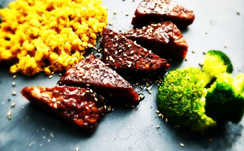 In Balsamico mariniertes Tempeh Steak mit Kürbis-Kokos-Curry-Reis