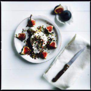 Frische Feigen und Burrata mit einem Krokant aus Pistazien, Kaffeebohnen und Rosenblättern http://galupasvoice.com/feigen-und-burrata/