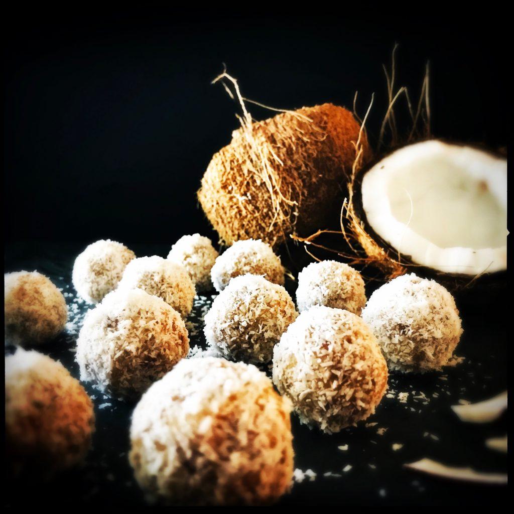 Eisgekühlte Kokosbällchen oder die gesündesten Pralinen der Welt http://galupasvoice.com/kokosbaellchen/
