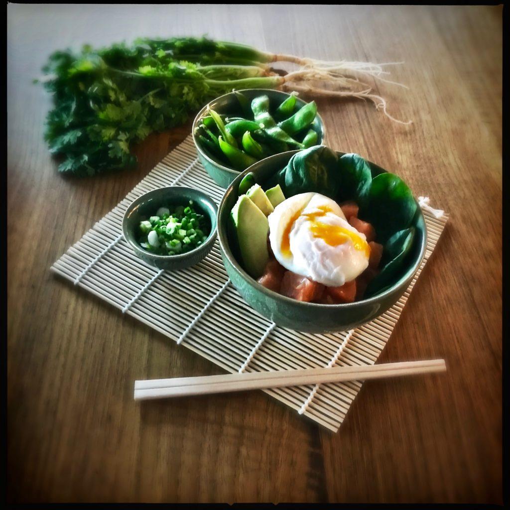 http://galupasvoice.com/lachs-sashimi-bowl/ Low Carb Dinner for One: Lachs Sashimi Bowl mit Avocado, pochiertem Ei und Spicy Mayo