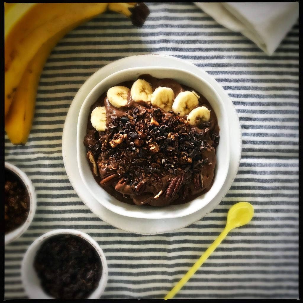 Bananensplit zum Frühstück essen (fast) ganz ohne schlechtes Gewissen? Mit dieser auf gesunde Art nahrhaften Bananen-Schokoladen-Nuss Smoothie-Bowl ganz ohne Zucker und Rahm geht das http://galupasvoice.com/bananen-schokoladeneis/
