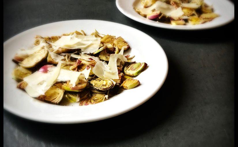 Fantastischer Salat aus rohen Artischocken mit Parmesan