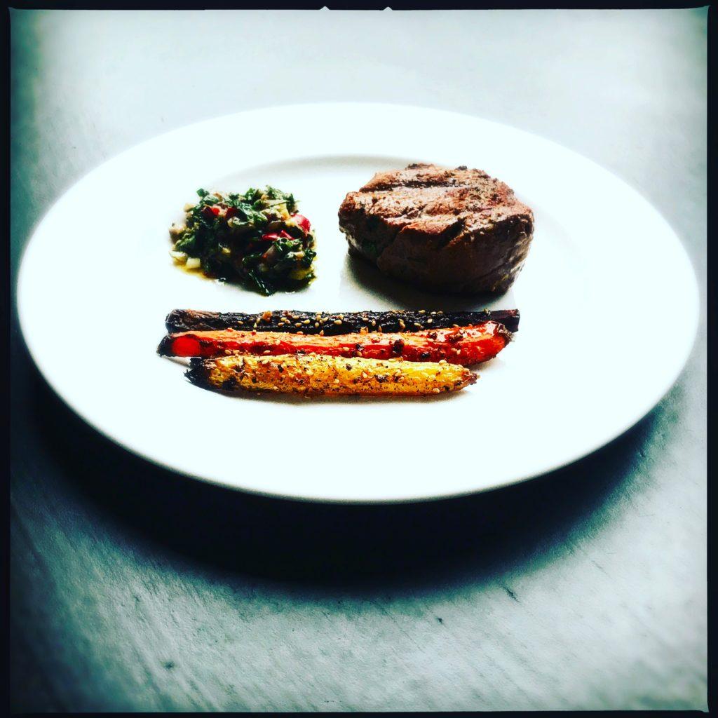 Ganze Ofenkarotten und ein perfektes Filetsteak mit selbst gemachtem Chimichurri http://galupasvoice.com/ofenkarotten-und-filetsteak/