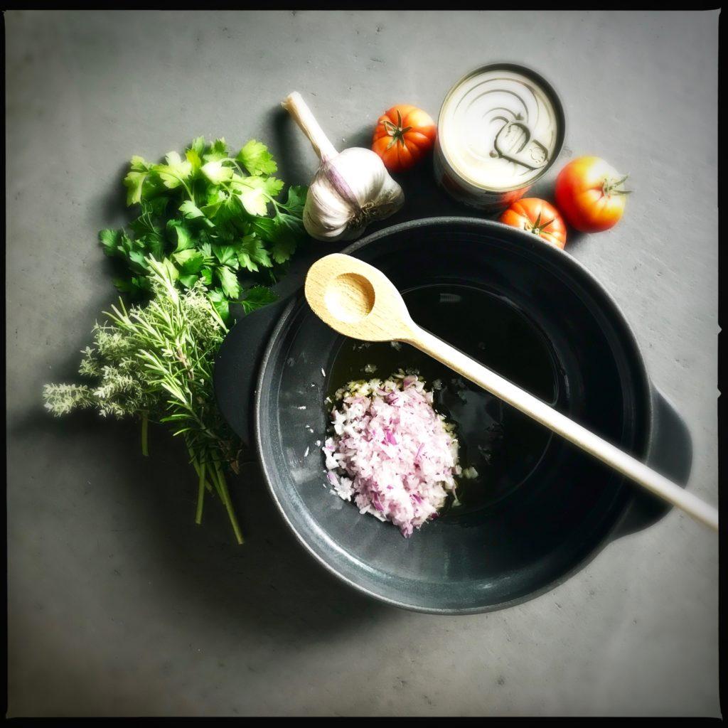 Dieses einfache, ofengegarte Ratatouille mit grossen Gemüsestücken und Mozzarella ist definitiv mein Nummer 1 Sommerhit. Für mich gibt es derzeit keine bessere Art, regionales frisches Gemüse zu geniessen. Es ist weder ein teurer Spass noch eine abendraubende Herausforderung. Einfach nur Genuss pur. http://galupasvoice.com/ratatouille/