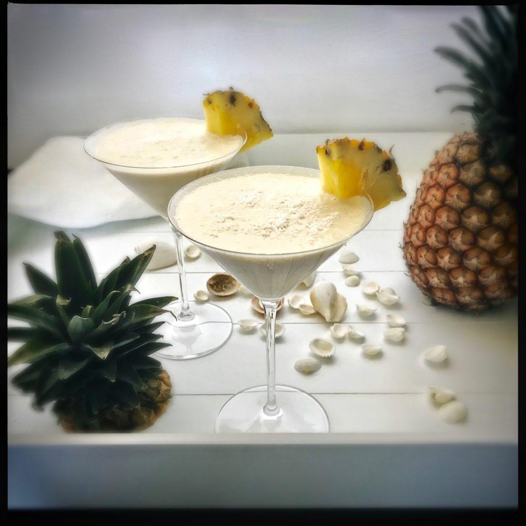 Pina Colada Smoothie: Auch ohne Rum ein Hit: Er macht glücklich, regt die Verdauung an, hemmt die Tumorbildung und stärkt das Immunsystem. http://galupasvoice.com/pina-colada-smoothie/