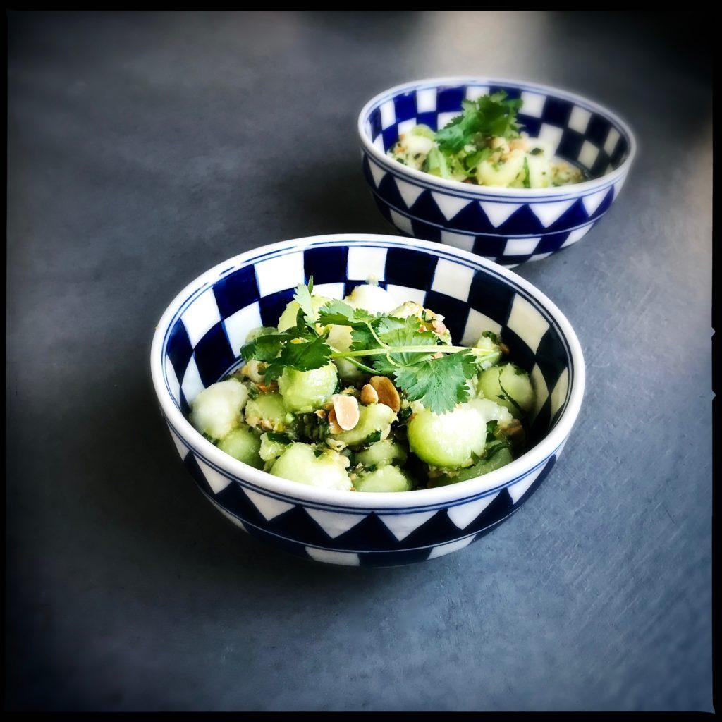 Ein aussergewöhnlich schmackhafter, süss-sauer scharfer Asia-Salat aus kalorienarmen Galiamelonen http://galupasvoice.com/thai-melonensalat/