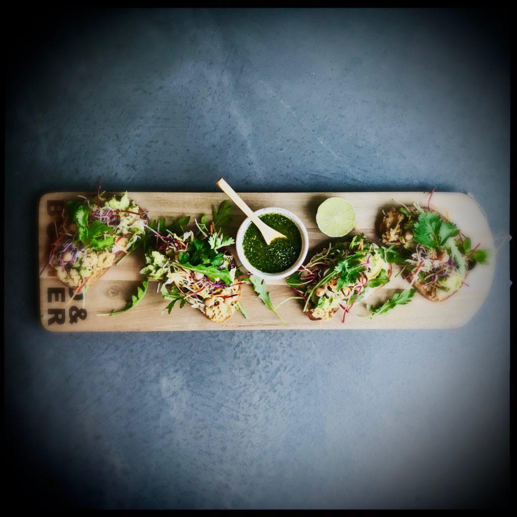 Orientalische Brotzeit oder: gesunder Fastfood so lecker.. mit Guacamole, Trüffelöl und Kichererbsenpüree http://galupasvoice.com/orientalische-brotzeit/